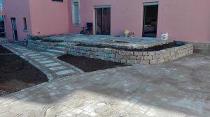 Steinterrasse Muschelkalk Trittplatten Gartenweg