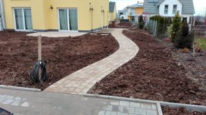 Gartenweg geschwungen Steinweg Garten