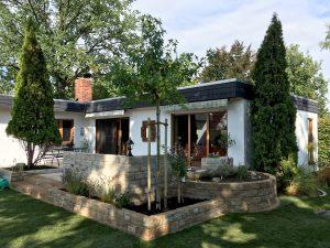 Natursteinmauer Terrasse mit Hochbeet