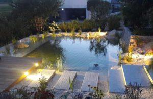 Gartenteich mit Quellstein und Holzterrasse