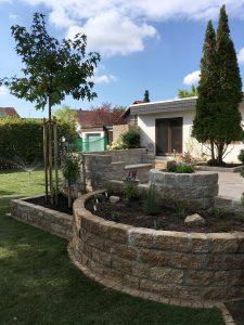 Natursteinmauer mit Hochbeet