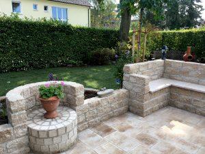 Steinmauer mit Sitzgelegenheit